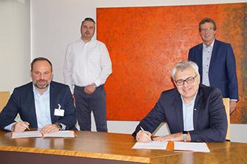 André Jumpertz und Wilfried Ullrich unterzeichen den Vertrag