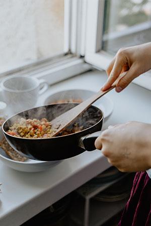 Dampfendes Essen in einer Pfanne